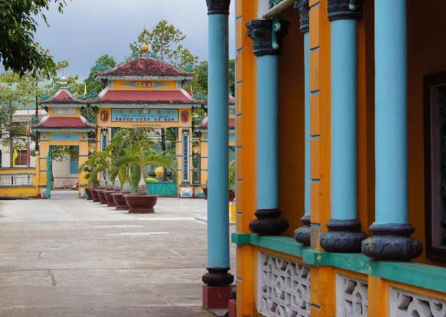 двор перед храмом /г. Ка Мау Вьетнам/